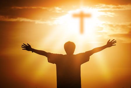 Le mani umane aprono il palmo verso l'alto culto. Terapia eucaristica Benedici Dio aiutando a pentirsi Pasqua cattolica prestata mente prega. Priorità bassa di concetto di religione cristiana. lotta e vittoria per dio