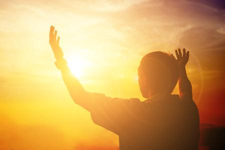 Ludzkie dłonie otwierają dłoń do kultu. Terapia eucharystyczna Błogosław Boga pomagając pokutować Katolicki Wielki Post Modlitwa Umysłu. Tło koncepcja religii chrześcijańskiej. walka i zwycięstwo dla boga
