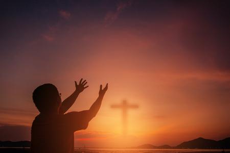 Ludzkie dłonie otwierają dłoń do kultu. Terapia eucharystyczna Błogosław Boga pomagając pokutować Katolicki Wielki Post Modlitwa Umysłu. Tło koncepcja religii chrześcijańskiej. walka i zwycięstwo dla boga Zdjęcie Seryjne