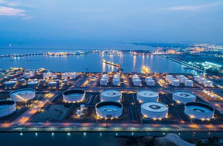 Luftbild- oder Draufsicht-Nachtlicht-Ölterminal ist eine Industrieanlage zur Lagerung von Öl und Petrochemie. Ölherstellungsprodukte, die für den Transport und den Geschäftstransport bereit sind.