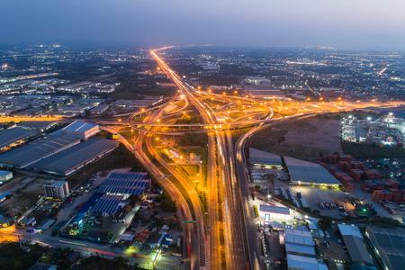 Vue aérienne et vue de dessus Trafic des autoroutes, autoroutes et autoroutes la nuit et au crépuscule dans la ville.