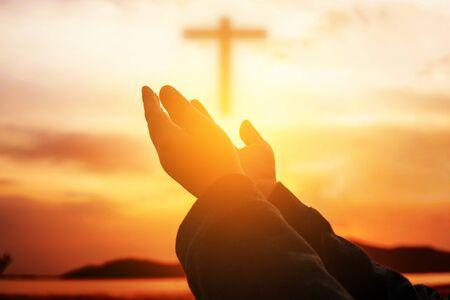 Las manos humanas abren la palma hacia arriba. Eucaristía Terapia Bendice a Dios Ayudando a Arrepentirse Pascua Católica Cuaresma Oración Mental. Antecedentes del concepto de religión cristiana. lucha y victoria por dios