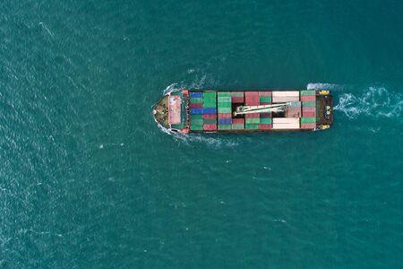 Vue aérienne du porte-conteneurs au conteneur de chargement du port maritime pour l'import-export ou le transport. logistique d'entreprise d'expédition. Port commercial et fret maritime au port, transport international.