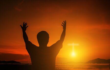 Ludzkie dłonie otwierają dłoń do kultu. Terapia eucharystyczna Błogosław Boga pomagając pokutować Katolicki Wielki Post Modlitwa umysłu. Tło koncepcja religii chrześcijańskiej. Walka i zwycięstwo dla boga.ludzie modlitwa o zachodzie słońca