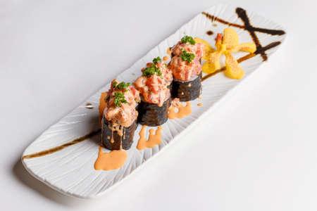 Maguro Sushi Roll Topping with Maguro (Blufin Tuna), Ebiko, Scallion and Sauce. 版權商用圖片