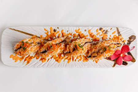 atun rojo: Maguro Onigiri (Japanese Rice Ball) : Rice with Ebiko Wrap with Maguro (Bluefin Tuna) Topping with Sauce, Ebiko and Scallion. Foto de archivo