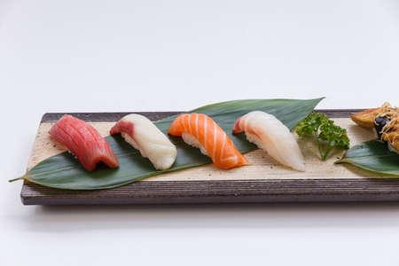 atun rojo: Sushi Set : Maguro (Bluefin Tuna), Hamachi (Yellowtail), Salmon, Tai (Red Seabeam),