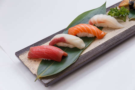 atun rojo: Sushi Set: Maguro (atún rojo), Hamachi (rabo amarillo), Salmón, Tai (Red Seabeam), Foto de archivo