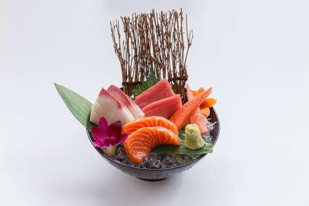 Sashimi-set omvat ruwe zalm, rauwe Hamachi (Japanse Amberjack), rauwe Maguro (blauwvintonijn) en kani (krabstok) geserveerd met Wasabi in The Iced Bowl.