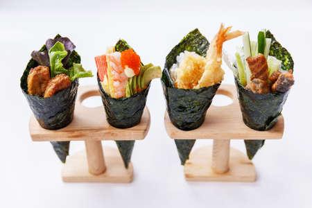 California Hand Roll Sushi-Set: Foie Gras, Garnelen mit Kani, Tamagoyaki, Avocado und Tobiko. Ein anderer ist Garnelen-Tempura und knusprige Thunfisch-Haut mit geschnittener Gurke. Standard-Bild - 71910546