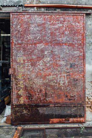 その上のドリューの人々 によっての赤扉ジョージ町の通りからの手紙します。マレーシア、ペナン。 報道画像