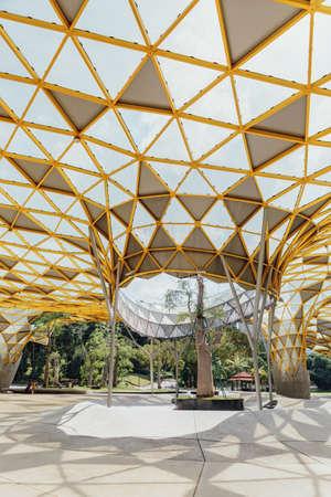 Het dakdetail van de diamantvorm van Tuinpaviljoen in de Perdana Botanische Tuinen van Kuala Lumpur in Jalan Tembusu, Maleisië.