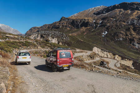 Yumthang Valley diese Ansicht von hohem Niveau, um die hinterhältige Straßenlinie mit Autos im Winter bei Lachung zu sehen. Nord-Sikkim, Indien. Standard-Bild - 83004563