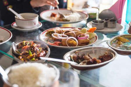 Zu den tibetanischen Speisen gehören Salat und mehr, die im Restaurant in Gangtok serviert werden. Sikkim, Indien. Standard-Bild - 84335551