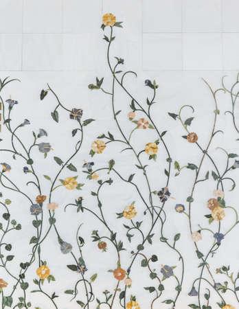 대리석 꽃 양식 벽 아부 다비, 아랍 에미리트에서 아침에 푸른 하늘이 세이크 자 이드 그랜드 모스크의 내부 장식.