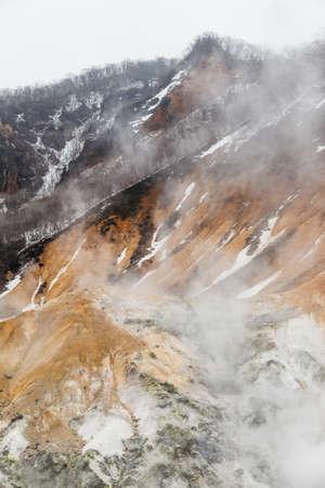登別地獄谷): 火山渓谷は、硫酸の匂い、非常に高い熱と北海道の地面から噴出する蒸気からその名前を得た。