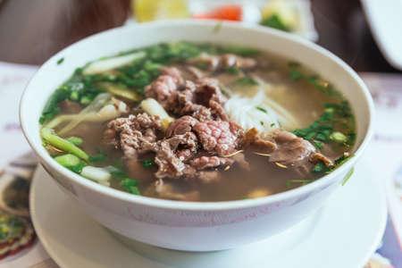Le Beef Pho est une soupe vietnamienne composée de bouillon, de nouilles de riz appelées bánh ph?, de quelques herbes et de viande, principalement à base de boeuf ou de poulet.
