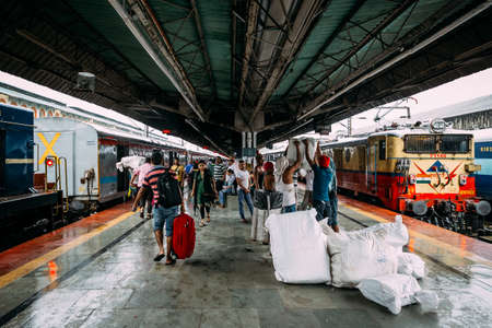 Indian people waiting for the train on platform for traveling and sending goods inside Howrah Junction railway station in Kolkata, India. Standard-Bild - 121601225