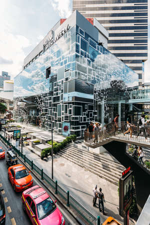 Siam Discovery department store. Modern glass windows building that reflected cloud and sky with traffic in Bangkok, Thailand. Modern architecture. Standard-Bild - 121601226