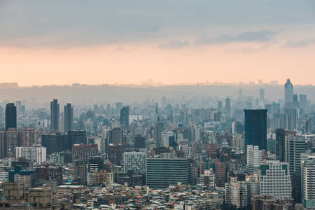 Aerial panorama over Downtown Taipei with layers of mountain in background in the dusk from Xiangshan Elephant Mountain in the evening. Standard-Bild - 121594417