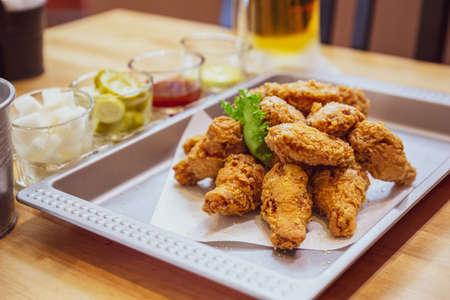 Poulet frit coréen croustillant doré (base Huraideu-Chikin) servi avec de la bière marinée et froide. En Corée du Sud, le poulet frit est consommé comme repas, apéritif, Anju ou comme collation après le repas.