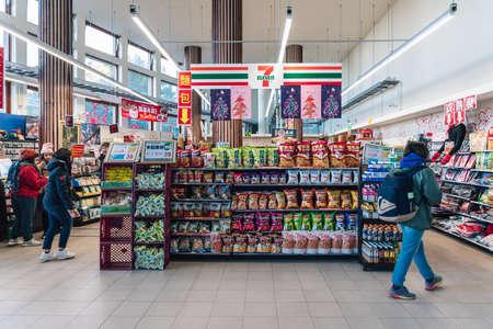 Seven-Eleven Convenience Store mit Touristen im Busbahnhof Alishan und Touristeninformationen in Alishan, Taiwan. Standard-Bild