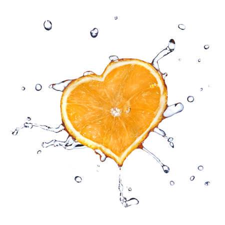 limonada: gotas de agua en el coraz�n de naranja aislada sobre blanco