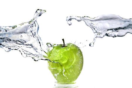 appel water: perfecte zoet water splash op groene appel geïsoleerd op wit