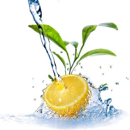 fr�chte in wasser: Wasser l�scht auf Zitrone mit gr�nen Bl�ttern, die isoliert auf wei� Lizenzfreie Bilder