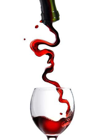 wine pouring: Versando il vino rosso nel calice isolato su bianco