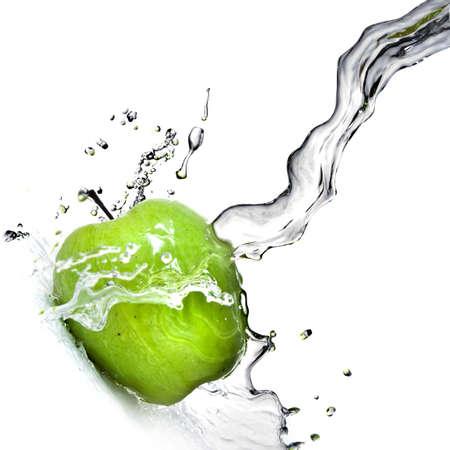 manzana agua: salpicaduras de agua dulce de manzana verde aisladas en blanco