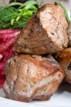 potherbs: carne frita con potherbs en la placa de Foto de archivo