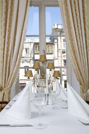 manteles: Copas sobre la mesa en el restaurante Foto de archivo