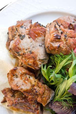 potherbs: carne frita con potherbs en la placa  Foto de archivo