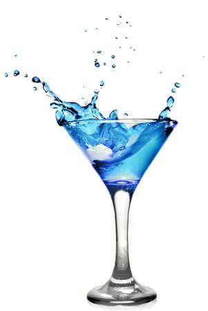 copa de martini: Curacao azul c�ctel con splash aislado en blanco  Foto de archivo
