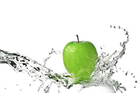 manzana agua: salpicadura de agua dulce en la manzana verde aislado en blanco  Foto de archivo
