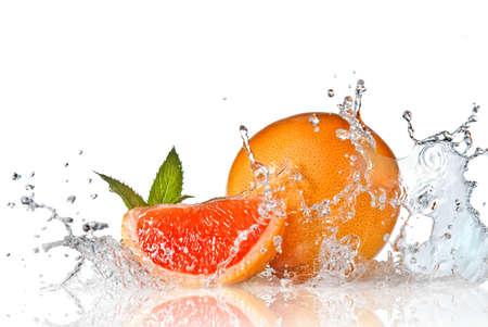 toronja: Salpicadura de agua en pomelo con menta aislado en blanco  Foto de archivo