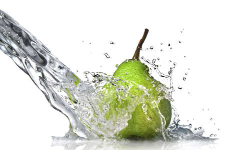 Fresh Water Splash on green Pear, isoliert auf weiss