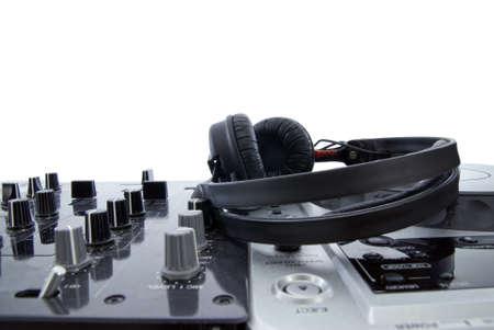 mezclador: Mezclador de DJ con auriculares aislados en blanco  Foto de archivo
