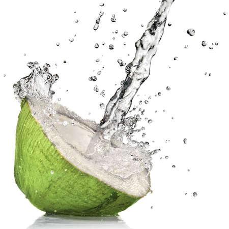 coconut: Coco verde con salpicaduras de agua aislados en blanco