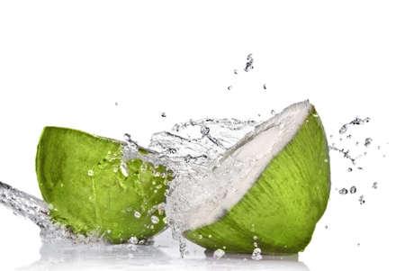 noix de coco: Coco vert avec splash eau isol�e sur blanc
