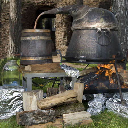 distillation: tecnolog�a antigua de hacer el alcohol  Foto de archivo