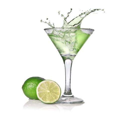 frutas secas: Cóctel con splash y Lima verde aislados en blanco verde alcohol  Foto de archivo