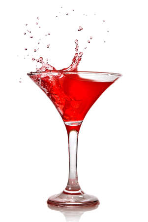 copa martini: Red c�ctel con splash aislado en blanco