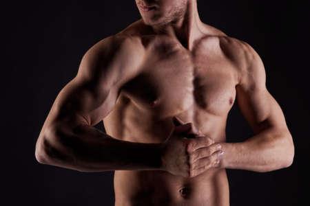 nackter mann: Sexy Muskel nackt Mann mit Wassertropfen auf Magen