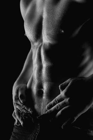 hombre desnudo: Sexy hombre desnudo muscular con gotas de agua sobre el est�mago Foto de archivo