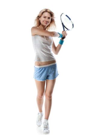 lachende vrouw met een tennisracket op wit wordt geïsoleerd