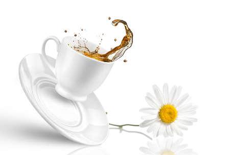 Splash van thee in de vallende beker met bloem op wit wordt geïsoleerd