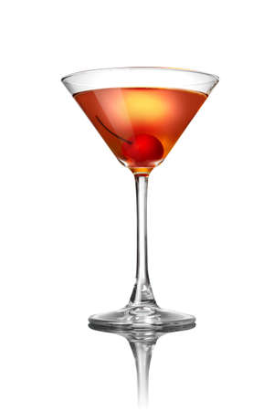copa martini: Cocktail martini rojo aislado en blanco