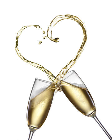 anniversario matrimonio: Spruzzi Champagne a forma di cuore isolato su bianco